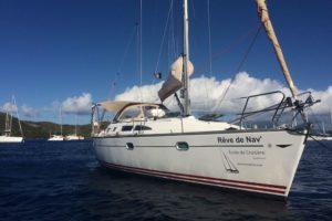 L'Inko, Jeanneau Sun Fast 37 au coffre dans la baie des Saintes avec sa belle serigraphie